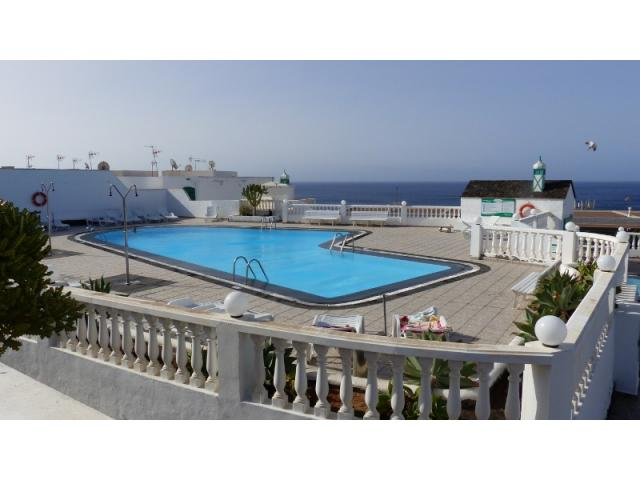 Amazing seaview apartment in a quiet residential complex in Puerto del Carmen. With private swimming pool, tennis court, restaurant/coffee bar inside. Colourful, bright & with a spectacular waterview