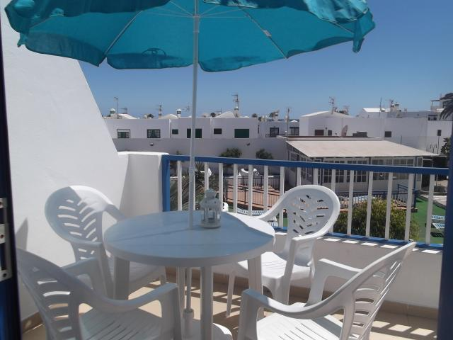 1 bed apartment, overlooking pool, with free WIFI, 3 minute walk to shops, bars and beach