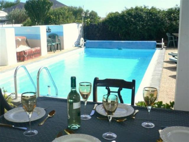 Lanzarote Rural Retreat. Solar heated Pool, Free WiFi, For 2 persons to relax, Or a Family to enjoy. Guests with late departures stay all day on their last day.