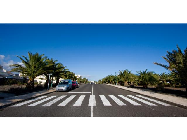 ample parking and safe crossing outside - Villa Clara, Costa Teguise, Lanzarote