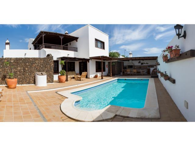 Hudge familiar villa with private pool and free wifi